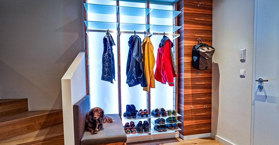 Garderobe-Regalsystem-Glasboden-Kleidung-Holz-1