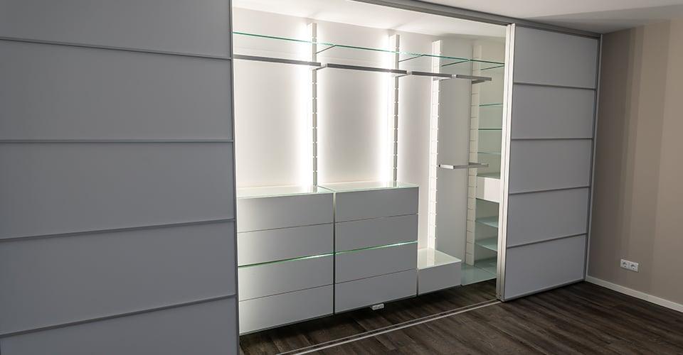 Kleiderschrank-Begehbar-Regalsystem-Glas-Waesche-6