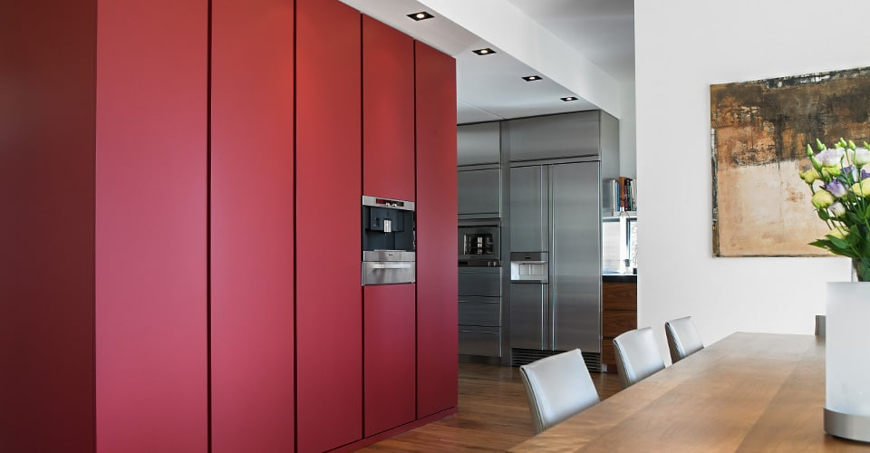 raumhoher rot lackierter Küchenschrank mit integrierter Backofen Mikrowelle Kombi und Wärmeschublade