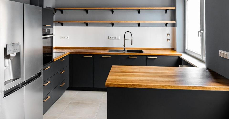 Küche mit massiver Eiche-Arbeitsplatte lebensmittelecht geölt und Fronten in anthrazit lackiert