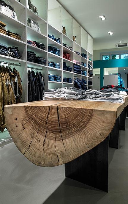 Produktpräsentation aus Holz im Gschäft Bogner